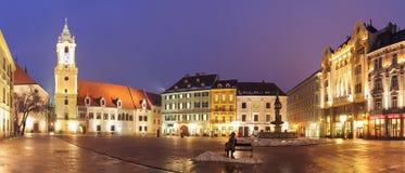 Het HoofdVierkant van Bratislava bij nacht - Slowakije Stock Afbeeldingen