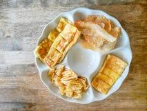 Het hoogste meningsbeeld, een witte plaat van geel bruin knapperig en knapperig roti of bolloon brood stak Indische stijlsnack, o royalty-vrije stock fotografie