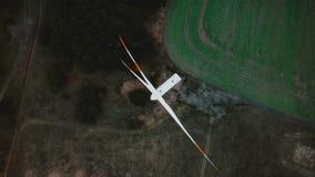 Het hoogste meningshommel spinnen direct boven windmolenturbine op de herfstgebied, concept de toekomstige milieuvriendelijke mac stock footage