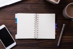 Het hoogste model van het meningsbureau: laptop, notitieboekje, smartphone, en kop van koffie Royalty-vrije Stock Fotografie