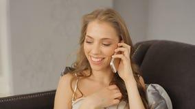 Het hoogste rangmeisje spreekt op mobiele telefoon en lacht cheerfully stock video