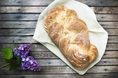 Het hoogste schot, sluit omhoog van vers gebakken eigengemaakt veganist gevlecht brood op een houten, rustieke lijstachtergrond,  stock fotografie