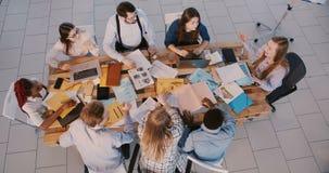 Het hoogste team die van menings jonge succesvolle creatieve managers op kantoor, het zekere vrouw chef- te motiveren spreken sam stock footage