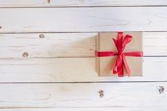 Het hoogste vakje van de menings bruine gift op witte houten lijstachtergrond met exemplaar royalty-vrije stock afbeelding