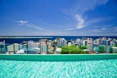 Het hoogste zwembad van het dak, mening aan Male Stock Foto's