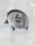 Het hoogtepunt kan bier of soda met dalingen van condensatie Stock Foto's
