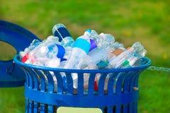 Het hoogtepunt van de afvalbak van drank lege flessen stock afbeelding