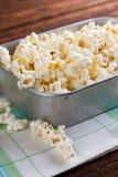 Het hoogtepunt van de aluminiumplaat van zoute popcorn op handdoek Stock Afbeeldingen
