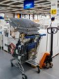 Het hoogtepunt van de boodschappenwagentjetheebus met koopwaar in IKEA Stock Foto's