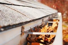 Het hoogtepunt van de dakgoot van bladeren Stock Foto's