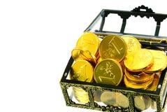 Het hoogtepunt van de doos met gouden euro geld Stock Afbeeldingen
