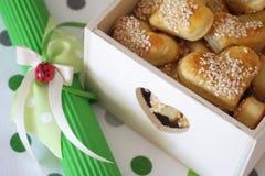 Het hoogtepunt van de giftdoos van gezonde die koekjes met sesam en decoratie met boog en weinig lieveheersbeestje worden bestroo stock afbeelding