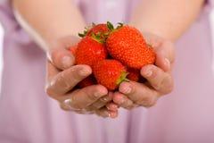 Het hoogtepunt van de hand van aardbeien, schone en kernachtige details Royalty-vrije Stock Foto