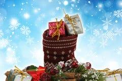 Het hoogtepunt van de Kerstmiskous van giften op een sneeuwvlokachtergrond Royalty-vrije Stock Foto's