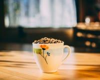 Het hoogtepunt van de koffiemok van geroosterde koffiebonen stock foto