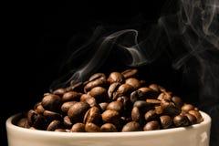 Het hoogtepunt van de koffiemok van koffiebonen met rook Royalty-vrije Stock Afbeelding