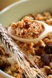 Het hoogtepunt van de kom van musli met melk, gezond ontbijt stock afbeeldingen