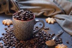 Het hoogtepunt van de kop van koffiebonen stock foto's