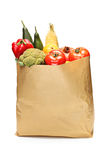 Het hoogtepunt van de kruidenierswinkelzak van groenten op wit wordt geïsoleerd dat Stock Foto's