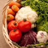 Het hoogtepunt van de mand van groenten stock afbeeldingen