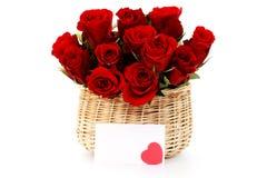 Het hoogtepunt van de mand van rode rozen stock foto's