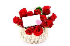 Het hoogtepunt van de mand van rode rozen stock afbeeldingen