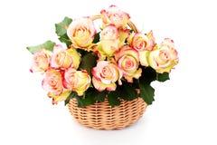 Het hoogtepunt van de mand van rozen royalty-vrije stock afbeelding