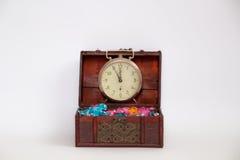 Het hoogtepunt van de schatdoos van kleurrijke bonbons met een klok die l tonen Royalty-vrije Stock Foto's