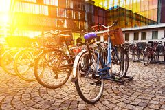 Het hoogtepunt van het fietsparkeerterrein van geparkeerde fietsen in München, Duitsland stock foto's