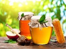 Het hoogtepunt van glasblikken van honing, appelen en kammen royalty-vrije stock fotografie