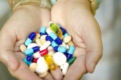 Het hoogtepunt van handen van pillen Stock Foto