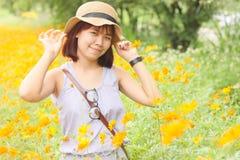 Het hoogtepunt van portretvrouwen van bloeiende oranje bloem Royalty-vrije Stock Foto