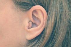 Het horen medisch hulpmiddel Het gehoorapparaat Stock Afbeelding