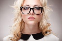 Portret van blondevrouw die oogglazen dragen Stock Fotografie