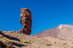 Het horizontale schot van Roque Cinchado en zet Teide, Tenerife, Spanje op. Stock Afbeeldingen