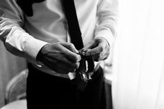 Het horloge is in de handen van een mens Mensen` s horloges op wapen Mensen` s handen met een horloge De Zwart-witte foto van Pek Royalty-vrije Stock Foto's