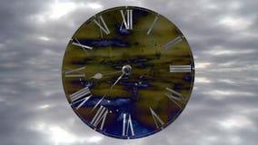 Het horloge gaat snel De Klok van de tijdtijdspanne Snel vliegende wolken stock video
