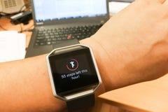 Het horloge van de de persoonslezing van de perspectiefmening met stappen en hartdrijver in bureau Stock Fotografie