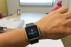 Het horloge van de de persoonslezing van de perspectiefmening met stappen en hartdrijver in bureau Stock Afbeelding