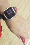 Het horloge van de de persoonslezing van de perspectiefmening met stappen en hartdrijver tijdens Royalty-vrije Stock Foto's