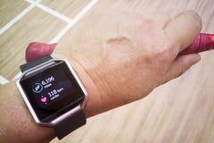 Het horloge van de de persoonslezing van de perspectiefmening met stappen en hartdrijver tijdens Stock Foto