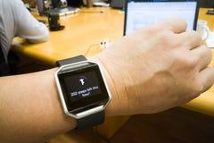 Het horloge van de de persoonslezing van de perspectiefmening met stappen en hartdrijver tijdens vergadering Stock Afbeeldingen