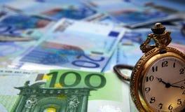 Het horloge van de hand en euro rekeningen stock foto