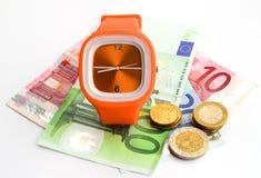 Het horloge van het horlogebandje met bankbiljetten en muntstukken Royalty-vrije Stock Afbeelding