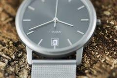 Het Horloge van het titanium op de Schors van de Boom Stock Afbeelding
