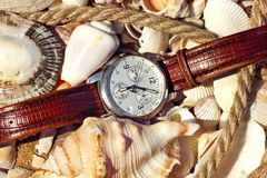 Het horloge van mensen op de kust wordt gefotografeerd die Stock Foto