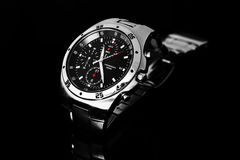 Het horloge van mensen op zwarte Royalty-vrije Stock Afbeeldingen