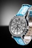 Het horloge van mooie vrouwen Stock Afbeelding