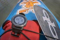 Het horloge van Multisportgarmin GPS op paddleboard Stock Fotografie
