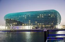 Het Hotel dat van Yas de Jachthaven overziet Stock Afbeelding